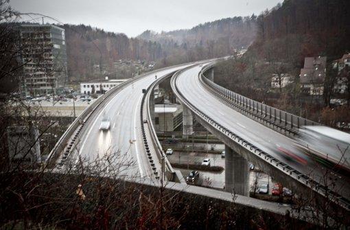 Tatort Bundesstraße 14, überm Viereichenhau-Tunnel: Die jungen Steinewerfer wurden schnell gefasst – doch für die betroffenen Autofahrer ist der Ärger noch nicht vorüber. Foto: Peter Petsch