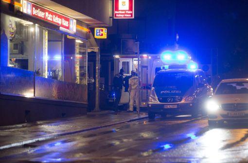 Im Laufe der Schlägerei ist der 28-Jährige durch die Fensterscheibe des Imbisses gefallen. Foto: 7aktuell.de/Simon Adomat