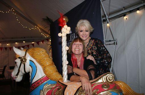 """TV-Moderatorin Tatjana Geßler (rechts) und Designerin Lissi Fritzenschaft bei der Premiere der Show """"Circus, Circus"""" im Friedrichsbau.  Foto: Klaus Schnaidt"""