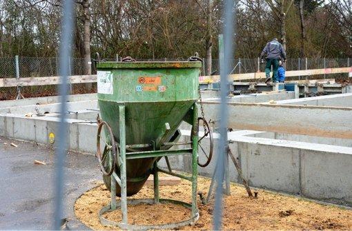 Auf dem Parkplatz  beginnen die Arbeiten für die Unterkunft. Foto: Sascha  Sauer