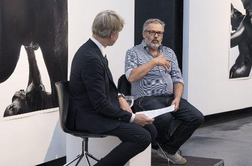 """Thomas Locher beim """"Über Kunst""""-Abend in der alerie Parrotta  Foto: Lichtgut/Michael Latz"""