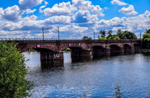 Gütermotorschiff auf dem Neckar kann noch nicht weiterfahren