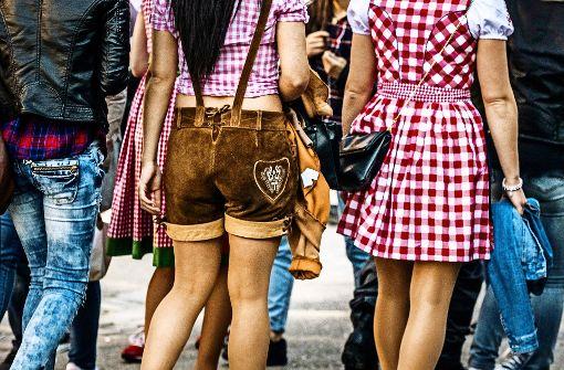 Auch eine Art Heimatgefühl: Bayrisch anmutende Dirndl- und Lederhosenträger auf dem Cannstatter Wasen. Foto: Lichtgut/Max Kovalenko