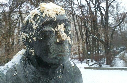 """An der Skulptur der Grafikerin und Bildhauerin Käthe Kollwitz auf dem Käthe-Kollwitz-Platz im Stadtteil Prenzlauer Berg in Berlin kleben Spätzle. Unbekannte hatten das Denkmal in der vergangenen Woche mit der schwäbischen Spezialität beworfen. Auslöser der Schwaben-Debatte aber war Bundestagsvizepräsident Wolfgang Thierse (SPD) mit seiner Bemerkung, die Schwaben sollten sich besser anpassen und lernen, dass es in Berlin """"Schrippen"""" und nicht """"Weckle"""" heiße. Foto: dpa"""