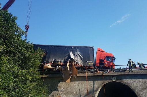 Brückengeländer durchbrochen: Laster drohte abzustürzen