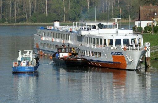 Rheinschiff schlägt nach Fahrfehler leck
