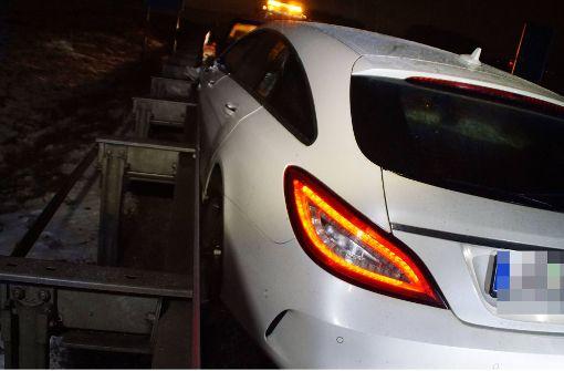 Mercedesfahrer verliert die Kontrolle auf glatter Straße