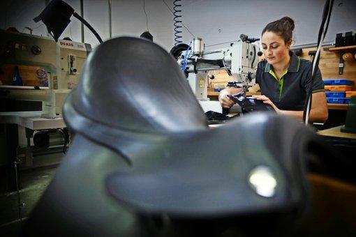 Wenn Sina Fath nicht an der Nähmaschine sitzt, näht sie von Hand: Sattelgurte, Trensen  oder Hundehalsbänder. Foto: Gottfried Stoppel