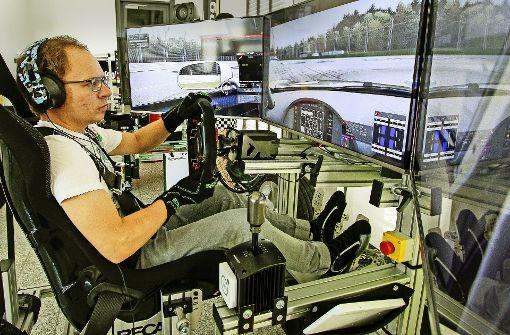 Mit virtuellen Autos über die Rennstrecke brettern