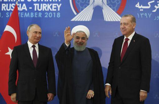Der russische Präsident Wladimir Putin (li), der iranische Präsident Hassan Ruhani  und der türkische Präsident Recep Tayyip Erdogan stehen vor ihrem Gespräch im Rahmen des Syrien-Gipfels nebeneinander . Foto: Presidency Press Service