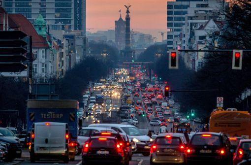 Auch in Berlin drängt sich der Berufsverkehr bis an die Belastungsgrenze. Foto: dpa