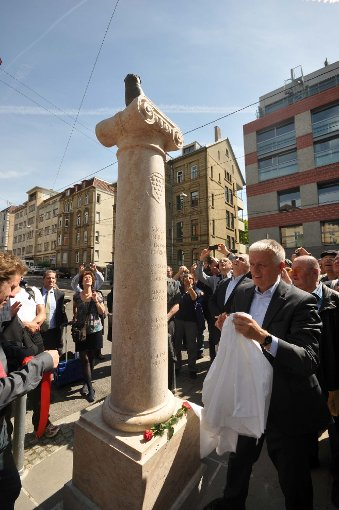 Stuttgarts Oberbürgermeister Fritz Kuhn bei der feierlichen Enthüllung der Mops-Dame. Foto: Andreas Rosar Fotoagentur-Stuttgart