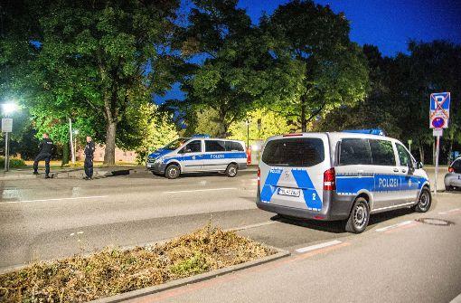 Um 22 Uhr hat die Polizei damit begonnen, die Besucher des Schlossparks auf das Alkoholverbot aufmerksam zu machen. Foto: SDMG