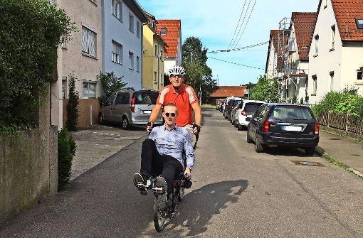 Redakteur Hörner mit  Sohn Max auf dem Weg zur Schule. Foto: Decksmann