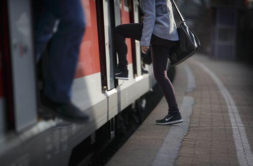 Die Tarifreform des Verkehrsverbunds Stuttgart im kommenden Jahr könnte  das Umsteigen auf Bus und Bahn auch im Rems-Murr-Kreis attraktiver machen. Foto: Gottfried Stoppel