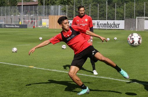 Erster Ballkontakt im VfB-Training: der 20-jährige Neuzugang Nicolas Gonzalez hat die Arbeit aufgenommen und Ersatztorhüter Jens Grahl schaut zu. Foto: Baumann