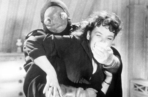 """""""Der Frosch mit der Maske"""" (1959: Ein als """"Frosch""""  verkleideter Schurke schleppt die schöne Ella Bennet (Eva Anthes) in ein geheimes Versteck.    Foto: obs"""