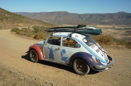 Mit Surfbrett und schrottreifen Käfer durch die Wüste Südafrikas.  Foto: Kaschl