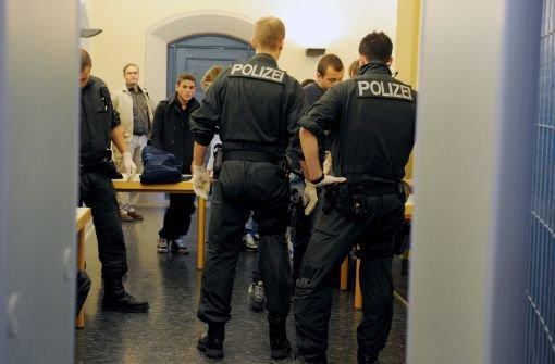 Spezialkräfte der Polizei haben zwei Männer der rockerähnlichen Gruppe Black Jackets in einem Bordell in Ulm festgenommen. Dabei konnte die Polizei ein ganzes Waffenarsenal beschlagnahmen. Foto: dpa/Archivbild