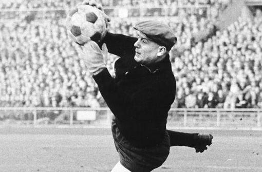 In dieser Bildergalerie zeigen wir, wer beim VfB Stuttgart von 1956 bis heute dafür zuständig war, den Kasten sauber zu halten. Von b1956-1968/b hat bGünter Sawitzki/b, der kürzlich 80 Jahre alt geworden ist, die Bälle aus der Luft gepflückt (144 Einsätze).  Foto: Pressefoto Baumann