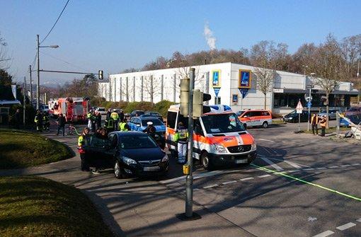 Aufregung in der Schmidener Straße in Bad Cannstatt: Bei einem Unfall sind am Freitag drei Menschen verletzt worden, ein siebenjähriger Bub schwebt in Lebensgefahr. Foto: Andreas Rosar Fotoagentur Stuttgart