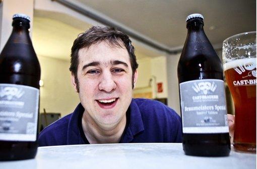 Er lacht gerne und viel: Die Ein-Mann-Brauerei Daniel Bleicher mit seinen Spezialitäten in seinen Räumen im Heusteigviertel. Foto: Peter Petsch