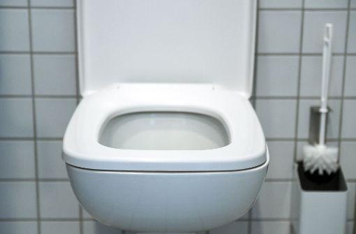 Frau verletzt sich in öffentlicher Toilette