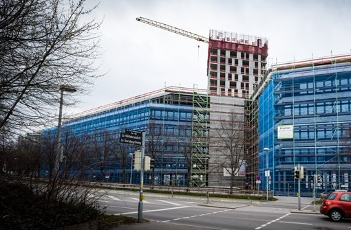 Der neue Gebäudekomplex an der Stresemannstraße wächst derzeit rasant. Hinter dem blauen Gerüst ist der Bürokomplex für Daimler Financial Services zu erkennen. Dahinter ragt der bald 75 Meter hohe Wohnturm in die Höhe. Foto: Lichtgut/Achim Zweygarth