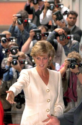 Die Mutter von Prinz William und Harry wurde von den Fotografen regelrecht gejagt. Nicht wenige sind überzeugt davon, dass diese Hetzjagd sie damals in den Tod getrieben hat. Entsprechend vorsichtig sind Harry und William im Umgang mit den Medien.  Foto: dpa