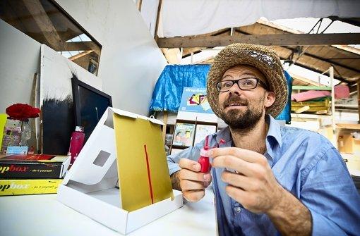 Der Maler David Baur zeigt, wie abstrakte Kunst zum Selbermachen funktioniert : Man tropfe die Farbe auf den Malgrund und fertig ist das Kunstwerk. Foto: Max Kovalenko