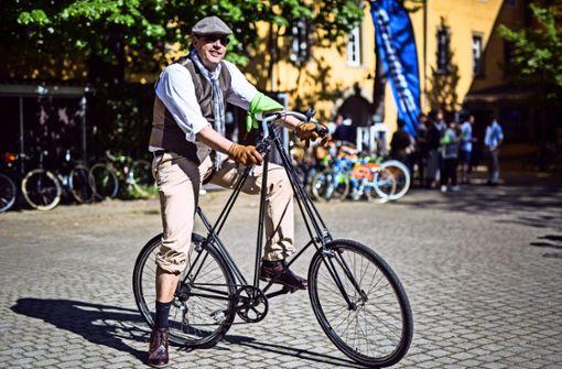 Lustige Männer auf tollkühnen Fahrrädern