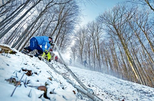 Mit Alpinskiern über die Schanze