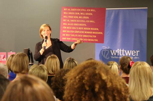 Nicole Staudinger hält Textttafeln hoch.  Foto: Klaus Schnaidt