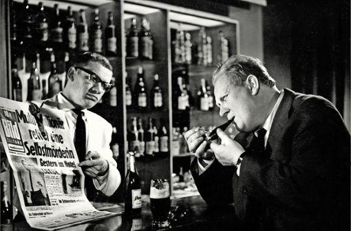 Im alten Film eine ernste Szene: Der Barkeeper (Wolfgang Völz) zeigt dem Kommissar (Gert Fröbe) die Schlagzeilen. Foto: Camino