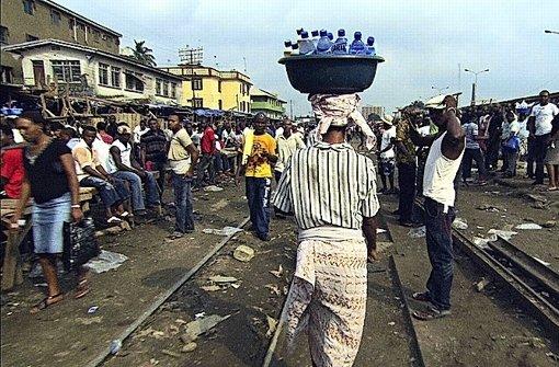 """Die öffentliche Wasserversorgung ist zusammengebrochen, aber Flaschenwasser ist für die meisten Menschen in der Dritten Welt zu teuer: Szene aus """"Bottled Life"""" in Nigeria Foto:"""