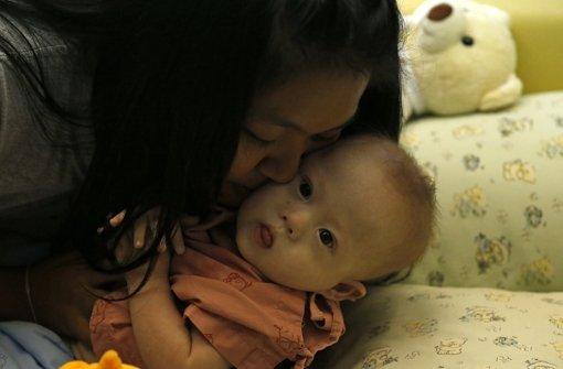 Polizei nimmt Leihmütter-Babys mit