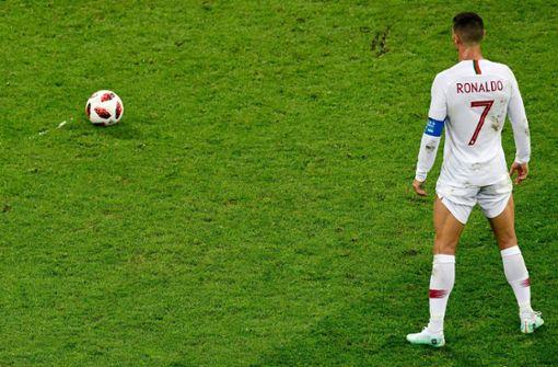 Wow: Cristiano Ronaldo ist ein echter Modegockel und ist sich für keine Peinlichkeit zu schade. Bei Freistößen zieht der Superstar von Juventus Turin gern mal seine Kurzhosenbeine hoch und ähnelt einer balkanischen Bäuerin, die zum Ziegenmelken ihre Rockschöße aufkrempelt.  Foto: AFP
