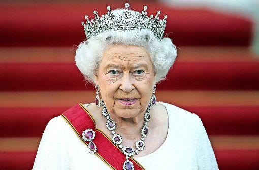 Queen Elizabeth II.: * 1926, britische Königin; unterschreibt alle Dokumente mit der linken Hand; ihre Sinistralität (Linkshändigkeit) hat sie an  Enkel William vererbt, der beim Sport mit rechts wirft und schießt.  Foto: dpa
