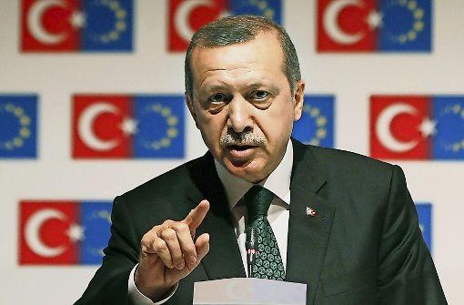 Der türkische Staatschef Recep Tayyip Erdogan schränkt die Versammlungsrechte ein und weist Kritik an der Legitimität des Referendums zurück. Foto: dpa