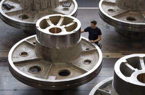 Im Maschinenbau läuft es rund. Unser Bilde zeigt einen  Mitarbeiter des Pressenherstellers Schuler in Göppingen der an einem Schwungrad für eine Presse arbeitet. Foto: dpa