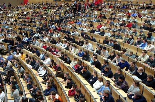 Volle Hörsäle werden wie hier an der Uni Karlsruhe auch in Stuttgart und Hohenheim bald die Regel sein. In Hohenheim kümmern sich Hörsaalmanager um das Problem. Foto: dpa