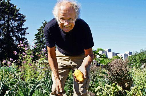 Wolfgang Kellner freut sich über die gelungene Kartoffelernte. Foto: Leonie Schüler
