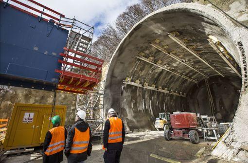 Dort kommen künftig die beiden Röhren des Boßlertunnels aus dem Berg. Züge fahren dort direkt auf die Brücke. Foto: Horst Rudel