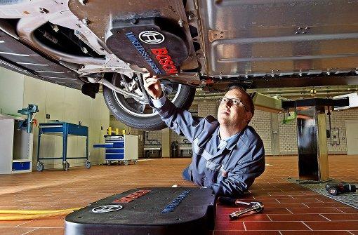 Zum drahtlosen Laden braucht man zwei Spulen: eine am Boden und eine an der Unterseite des Elektroautos. Foto: Bosch