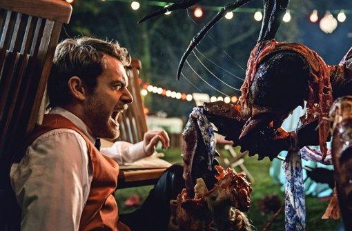 """Der perfekte Film zu Halloween: Riesige Killer-Wespen mischen eine Gartenparty auf in """"Stung"""", gedreht von Absolventen der Ludwigsburger Filmakademie. Foto: Rat Pack"""
