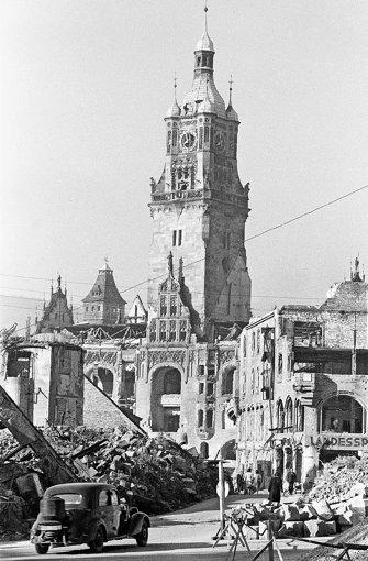 1945: Blick durch die Kirchstraße auf das Rathaus Foto: Strache/Wolf