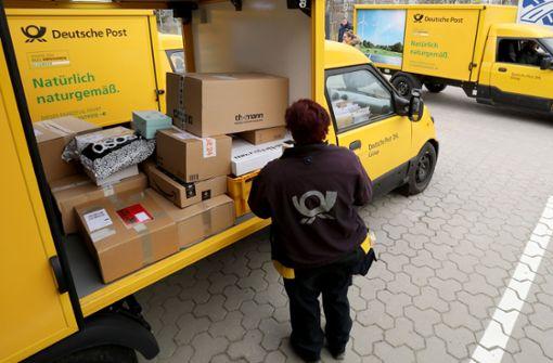 Die Post will an den umstrittenen Entfristungsregeln für Mitarbeiter festhalten. Foto: dpa