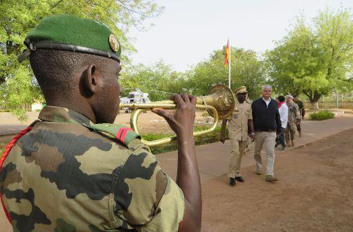 Staatssekretär Markus Grübel wird in der alten malischen Militärschule Koulikoro mit militärischen Ehren empfangen.  Foto: Schiermeyer