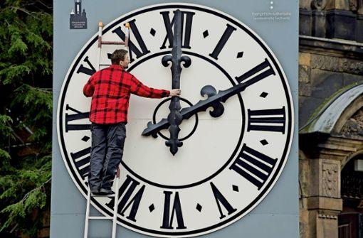 Vor oder zurück? Eine Uhrenumstellung in Leipzig Foto: DPA