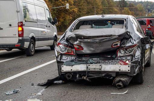 Müllfahrzeug kracht vor Ampel in Auto - zwei Schwerverletzte